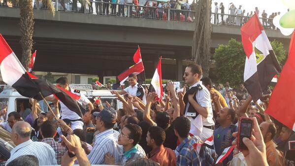 18 h 30, des véhicules de police arrivent devant le palais Qubba, les gens se saisissent des policiers,les mettent sur leurs épaules et crient «la police et le peuple une seule main». Ah la ruse !