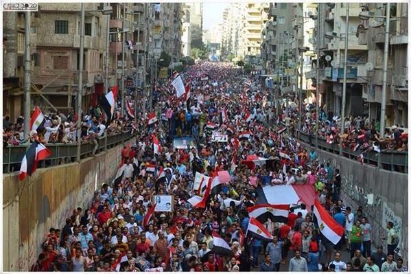 A Alexandrie, la manifestation n'ayant plus assez de place pour avancer, passe par les souterrains: peut-être encore plus de monde qu'au Caire
