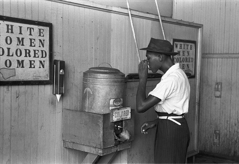 «Fontaine» d'eau réservée aux Noirs, en 1939, à Oklahoma, dans une gare routière.