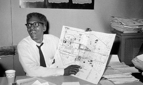 """Bayard Rustin – qui montre le plan de la manifestation – a joué un rôle décisif  dans la stratégie qui a abouti à la marche sur Washington en 1963. Son rôle  a souvent été oublié. Il est décédé en 1987. A cause de son engagement  politique (Jeunesse communiste) et de son orientation sexuelle, il fut non  seulement réprimé, mais """"maintenu dans l'ombre"""" par certains organisateurs.  Son rôle est enfin reconnu, aujourd'hui."""