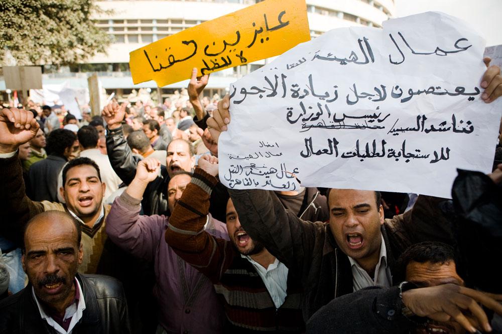 14 février 2011, des travailleurs du secteur des transports manifestant devant le ministère de l'Intérieur au Caire
