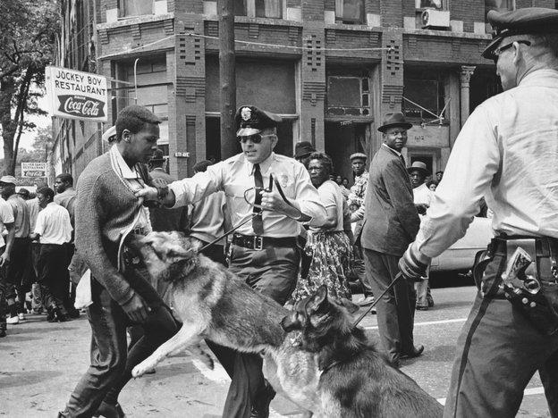 Le 3 mai 1963, un manifestant pacifique de 17 ans est attaqué par la police, Birmingham (Alabama). Cette photo sera en une du New York Times, le 4 mai 1963