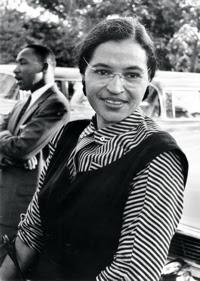 Rosa Park (1913-2005) et Dr. Martin Luther King Jr. Rosa Park, couturière, a refusé, en décembre1955  à Montgoméry (Alabama), de céder sa place dans l'autobus à un passager blanc. Elle fut condamné à une amende.  La campagne de boycott de la compagnie dura 381 jours. En 1956, les lois ségrégationnistes dans les bus sont déclarées anticonstitutionnelles par la Cour suprême.