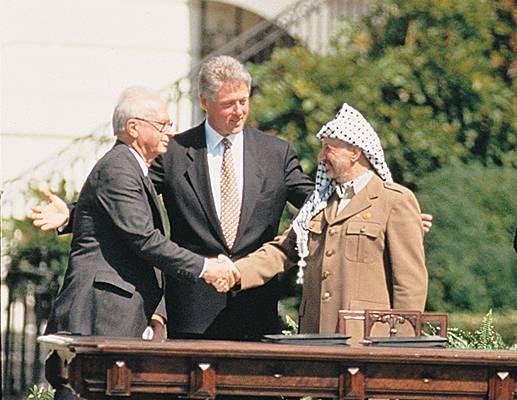 Accords d'Oslo, «confirmés» par Yitzhak Rabin et Yasser Arafat, sous l'égide de Bill Clinton.