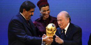 """Le cheikHamad Ben Khalifa Al-Thani, sa femme Moza Bint Nasser Al   Missned et le Suisse (Haut-Valais), Joseph Blatter, président de la FIFA, le 2   décembre 2012 à Zürich, lors de la cérémonie d'attribution au """"mondial"""" au Qatar"""