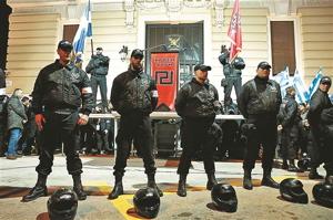 Membres d'Aube Dorée faisant montre de leur «autorité»