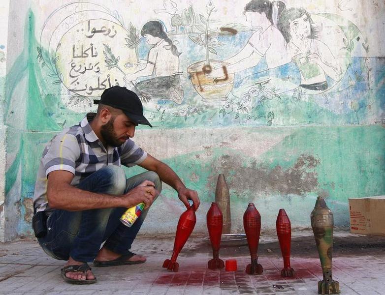 A Alep, le 5 septembre 2013, un soldat d'une faction de l'Armée syrienne libre peint des obus de mortier. Photo Hamid Khatib. Reuters