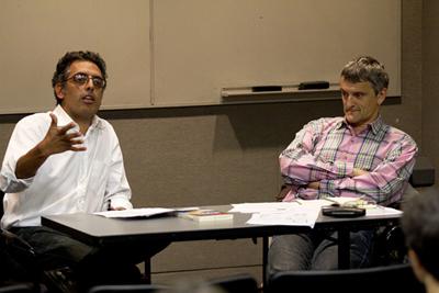 Yasser Munif (à gauche) lors d'un débat à Berkeley (Etats-Unis)