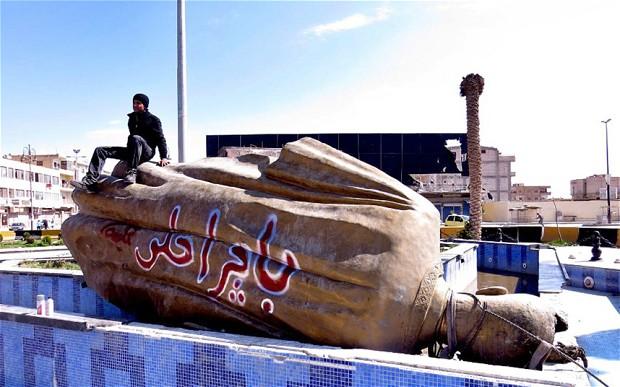 La statue de Hafez el-Assad renverser sur la place centrale de Raqqa