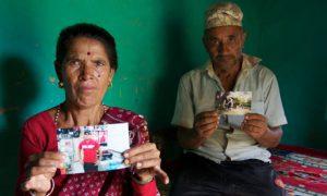 Les parents d'un travailleur décédé d'une crise cardiaque sur un   chantier du Qatar montre sa photo: il venait de Malaisie et il avait 20 ans.