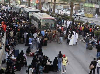 Des travailleurs éthiopiens rassemblés près des bus de la ville, à Manfouha,  un quartier de Riyad, attendent d'être expulsés du royaume saoudien, le  10 novembre 2013.