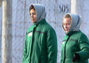 Nadejda Tolokonnikova (G) au camp de travail n°14 en Mordovie.