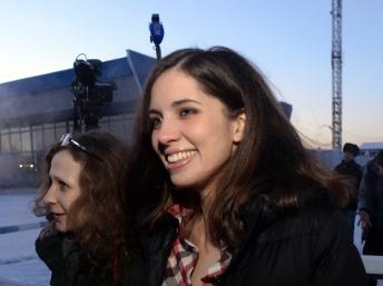 Nadia Tolokonnikova, en compagnie de Maria Alekhina, le 24 décembre  2013 à l'aéroport de Krasnoïarsk
