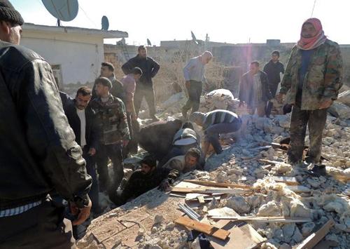 La recherche de survivants après un bombardement à Alep, le 22 décembre 2013
