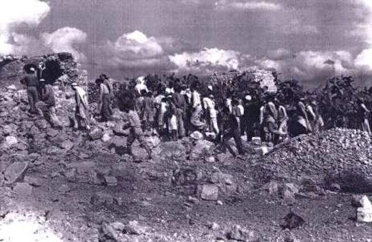 Des habitants de Kibiah revenant dans leur village détruit par l'Unité 101, en 1953