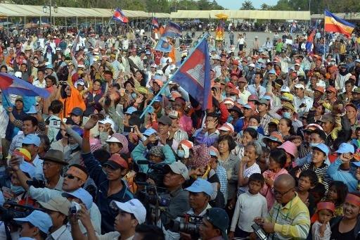 Des milliers d'ouvriers et ouvrières du textile, au Cambodge, sont en grève pour obtenir des augmentations de salaire et demander la démission du Premier ministre (2 janvier 2014)