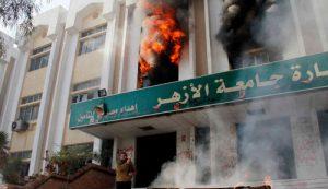 Le bâtiment de la faculté de commerce d'Al-Azhar en flammes. Qui sont les «incendiaires»?