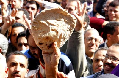 Ouvriers du textile brandissant du pain, symbole de leurs revendications