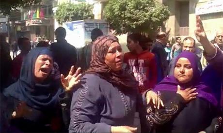 Des membres des familles des accusés devant le tribunal de Minya le 24 mars 2014