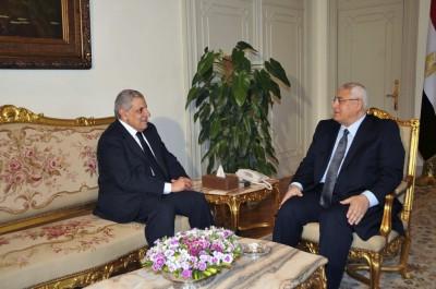 Ibrahim Mehleb (gauche) avec le président ad interim Adly Mansour