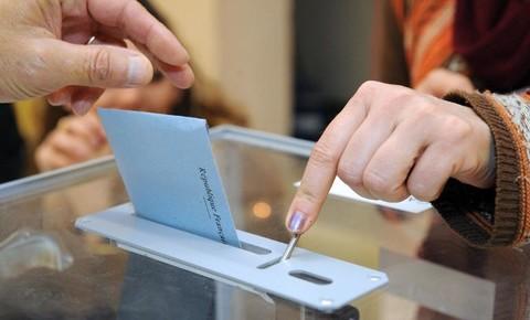 Un-electeur-depose-son-bulletin-dans-l-urne-le-30-mars-2014-a-Saint-Gilles_univers-grande