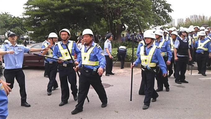 Le 15 avril 2014, la police intervient devant les portes de l'usine de   Yue Yen à Dongguan