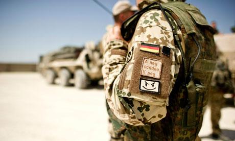 Un soldat allemand s'apprête à partir en patrouille à Kunduz, Afghanistan, 2010