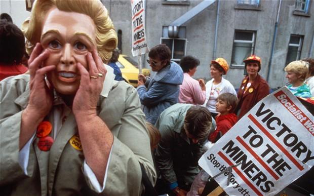 Un manifestant portant un masque de Margaret Thatcher en 1984