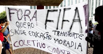 25jan2014---no-vao-livre-do-masp-manifestantes-protestam-contra-a-realizacao-da-copa-do-mundo-1390677031406_956x500