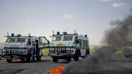 La police, en février, face aux «émeutiers» à Madibeng