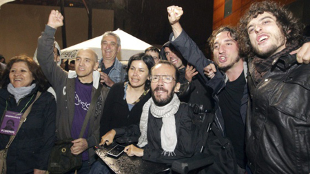 Pablo Echenique (avec l'écharpe blanche), le 5e député de PODEMOS