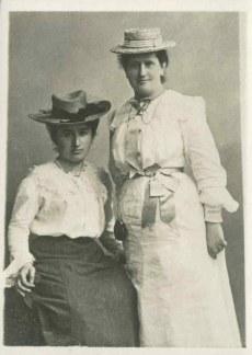 Rosa Luxemburg (gauche) et Louise Kautsky
