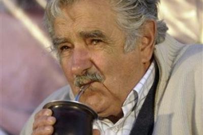 Le président Pepe Mujica boit son maté