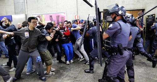 Les troupes de choc contre les grévistes du métro à Sao Paulo