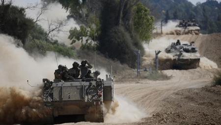 Des chars israéliensà la frontière de la bande de Gaza, le 20 juillet 2014