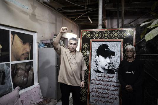 Nabil Rajab (à g.) le 24 mai 2014, lors d'un hommage rendu au militant Abdoul Aziz al-Abbar. Le jeune homme a été tué lors d'un affrontement avec la police en février 2014.