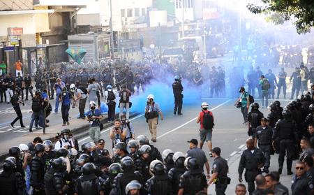 Répression par la police militaire de manifestants anti-Coupe, Tijuca, 13 juillet 2014