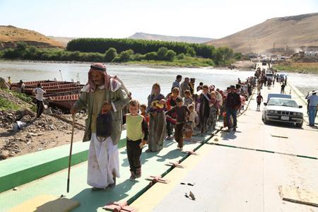 4470821_7_a55a_des-refugies-yezidis-traversent-le-tigre-a_61a5dcd758ba39d0a0f22c871b82e685