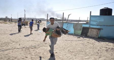 Une fillette palestinienne tuée, le 4 août 2014, suite à un bombardement sur le camp de réfugiés de Chati (AFP)