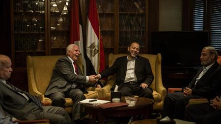 Les responsables des deux délégations palestiniennes, Azzam al-Ahmad (g.) pour le Fatah, et Musa Abu Marzouk (d.) pour le Hamas, au Caire