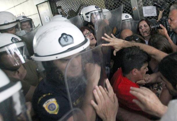 La police défend «l'intérêt national», selon la formule du Ministère des finances, en attaquant les nettoyeuses qui luttent contre leur licenciement (juin 2014).