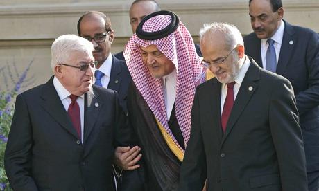 Le président irakien Fouad Massoum et le ministre des Affaires étrangères d'Arabie saoudite Saud al-Faisal et le ministre des Affaires étrangères irakien Ibrahim al-Jaafari lors de la conférence internationale de Paris