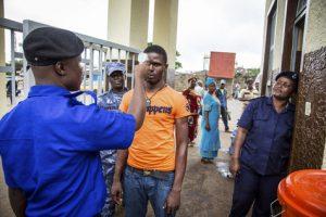 Mesures de prévention en pleine épidémie de virus Ebola à l'entrée de bâtiments administratifs,  à Freetown, en Sierra Leone.