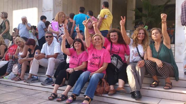 Les nettoyeuses devant le Ministère des finances, très proche de la place Syntagma. En général, cette rue est occupée par la police de choc pour les empêcher d'entrer dans le ministère, ce qu'elle ont réussi à faire deux fois. Elles campent depuis des mois près de la seconde annexe du ministère.