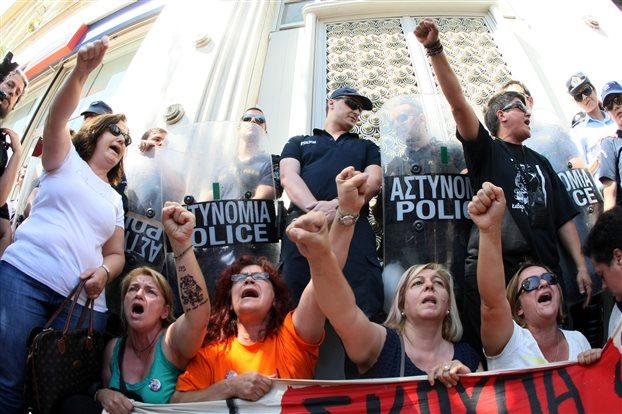 Photo publiée par la presse grecque ce 17 septembre 2014. Les nettoyeuses manifestaient le mardi 16 septembre devant le poste central de la police à Athènes. En effet, trois d'entre elles sont accusées d'avoir «troublé l'ordre public» et d'avoir blessé des policiers lors d'une manifestation pacifique le 10 juillet 2014.