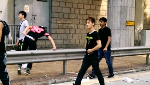 Des membres des «rubans bleus» visant les manifestants à Admiralty