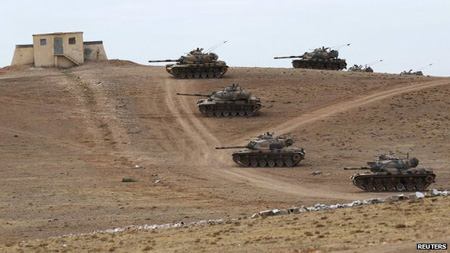 Tanks turcs, en attente, à la frontière syrienne, à quelques kilomètres de Kobané, le 3 ctobre