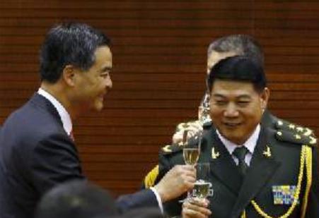 Leung Chun-ying et le major général Tan Benhong, le 1er octobre 2014