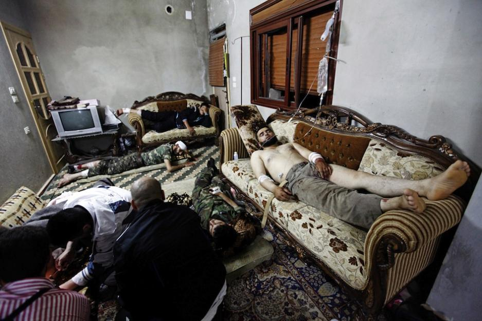 Les cliniques sont bombardées. Des soins pour des blessés, en 2012, dans un appartement d'Al Qusayr (Robert King)