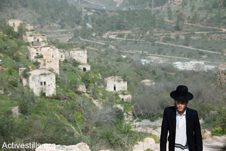 Israël, 4 mars 2014: un Juif ultra-orthodoxe marche dans le village palestinien dépeuplé de Lifta, village qui se trouve tout près de Jérusalem-Ouest. Pendant la Nakba, les résidents de Lifta ont fui  les attaques menées dès décembre 1947 par des milices sionistes, attaques qui ont eu pour résultat l'évacuation complète du village  en février 1948. (Photo: Ryan Rodrick Beiler/Activestills.org)